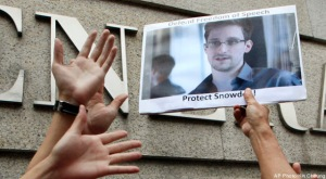 Edward Snowden asylum, Hong Kong reject, Ecuador ready and approaches Iceland
